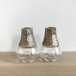 Farmhouse Decor Vintage Ribbed Clear Glass Green Lids Modern Boho Dining 1950s Small Turkey Fan Tail Salt Pepper Shakers with Fan Holder