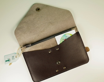 Purse and card holder with zipper pocket, 16 x 10 cm (6,3 x 4 inch), in dark chocolate and sand color leather.