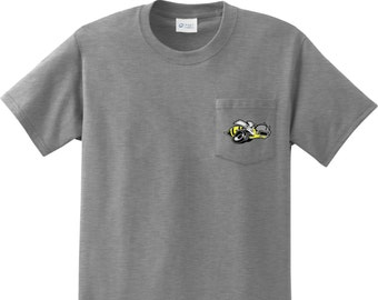 0d71b4f3656779 Men s Dodge Super Bee Logo Pocket Print Pocket Tee T-Shirt 20338HL2-PP-PC61P