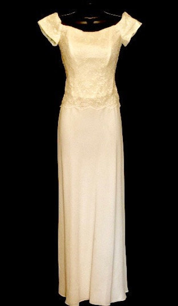 Ivory Lace Formal/Wedding Gown    VG221