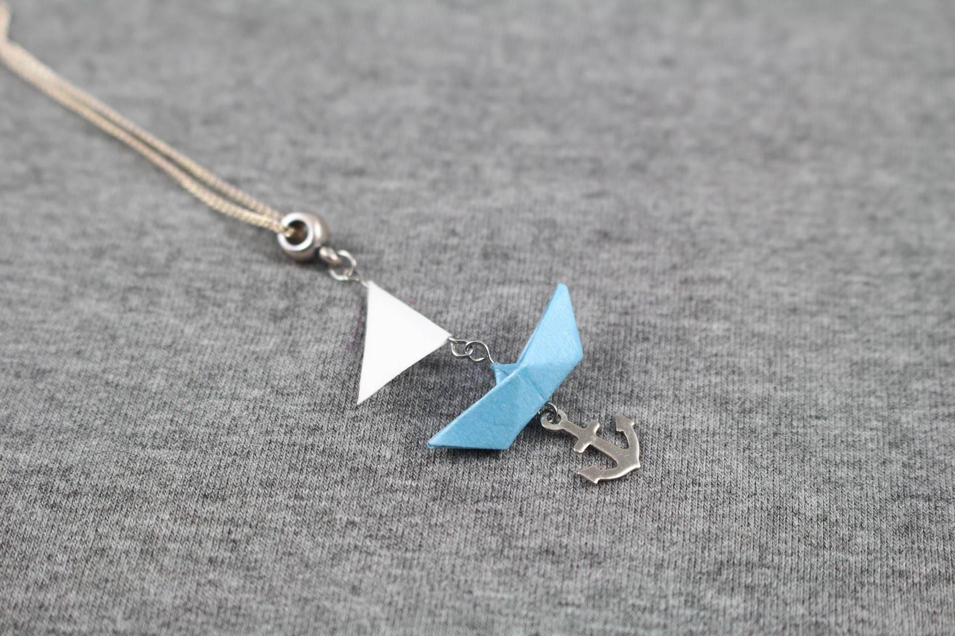 collier marin bateau voile bleu origami en papier. Black Bedroom Furniture Sets. Home Design Ideas