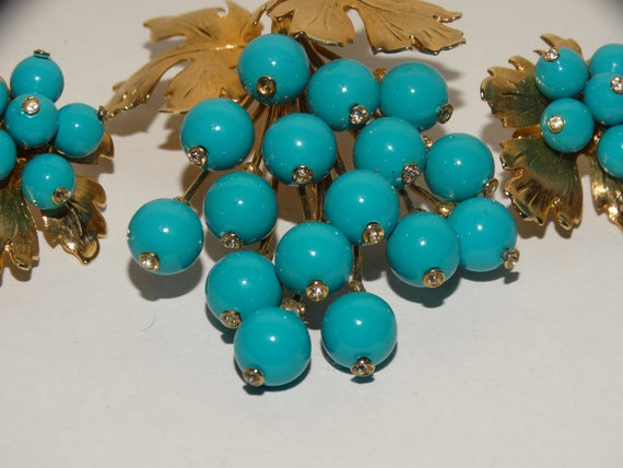Julia Brooch Set  Vintage 1970/'s Polished Turquoise Brooch in Pretty Gold Tone Setting Matching Clip On Earrings