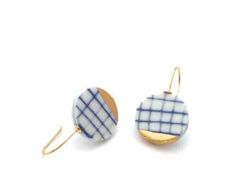 Plaid porcelain earrings, minimalist ceramic jewelry, slow fashion jewelry, minimalist gold earring, blue and white, OeiCeramics