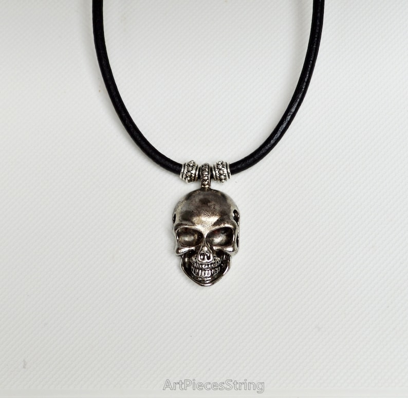 2873c3cba688 Mens crâne collier cuir ras de cou collier avec pendentif