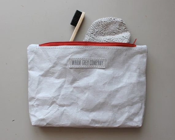 pochette zippée. gris papier lavable, trousse, porte monnaie, sac à main papier, minimaliste, simple accessoire, essentielle