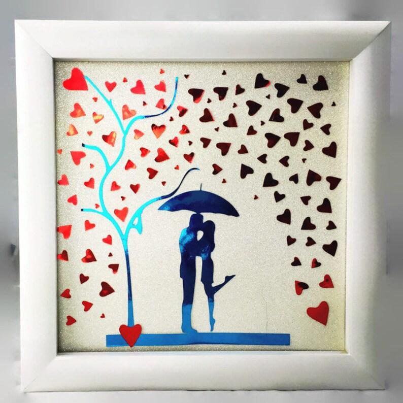 d313c3c48aac Sagoma coppia sotto i cuori di pioggia ombrello da sposa
