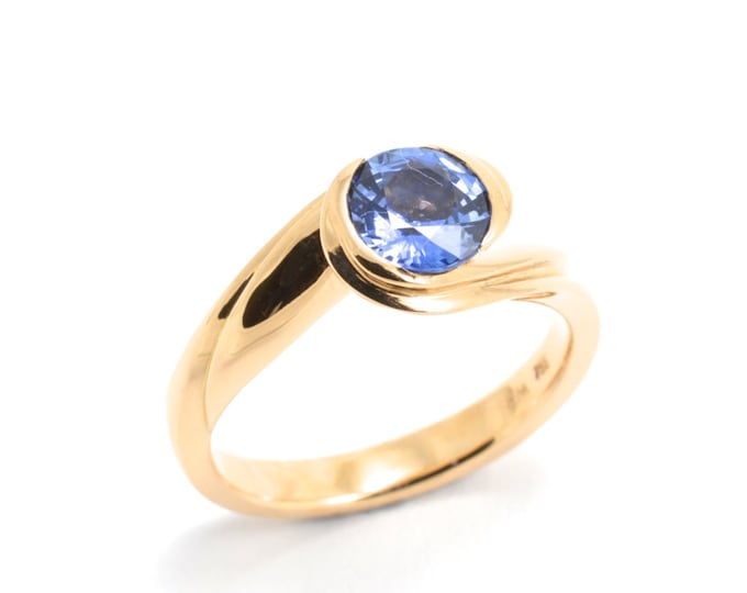 Sapphire 18k pink gold 5gm, ceylon sapphire 0.99ct natural stone. A flat wedding band can be worn with it .Price includes shipping insurance