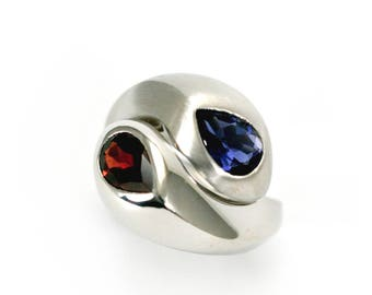 Ying Yang stg sil ring with iolite and garne.