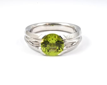 Peridot 8mm (over 1ct)  in serting silver (solid). Brilliant green beautiful large natural mined peridot.