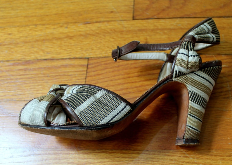 35515739ae9ba Rita Shoes // Vintage 1940's Tan & Brown Woven Peep Toe High Heel Sandals  by De Liso Debs Palter Deliso Women's Retro Pumps Size 6.5