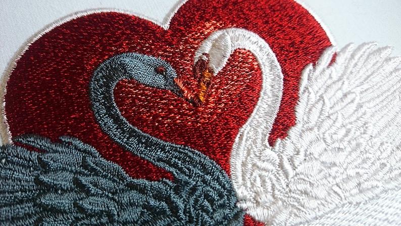 e8cca725fac6 Diseño de bordado la máquina dos elegantes cisnes en amor