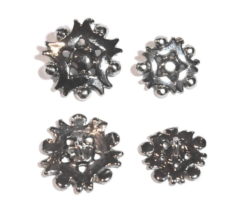 6ea3fc6a9c Lots of 4 buttons metal snowflakes, shiny silver, 18 mm / 1.8 cm at tail