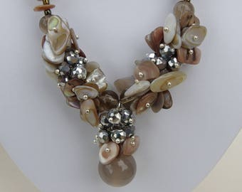 Shell and Crystal Necklace beige taupe color gradient 48 cm with an agate beads