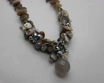 Necklace beige shell with an agate beads