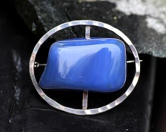 Vintage Modernist Rolf Ølstad, Norway. Hammered sterling silver brooch, with violet stone.