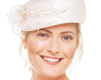 Ivory bridal fascinator,wedding hat,40's style vintage percher hat.feathers trim.