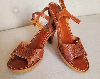 Vintage 70s woven leather and wood sandals by Kinney 7