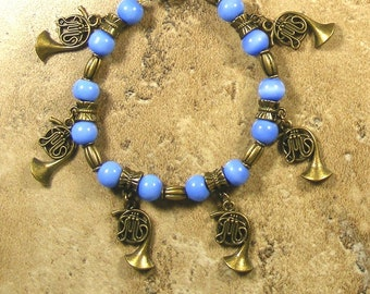 French Horn magnetic bracelet in brass and blue glass beads, great gift for a musician - AB316