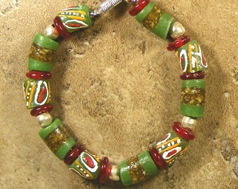 Krobo bracelet in greenand red with silver spacers with magnetic clasp - AB320