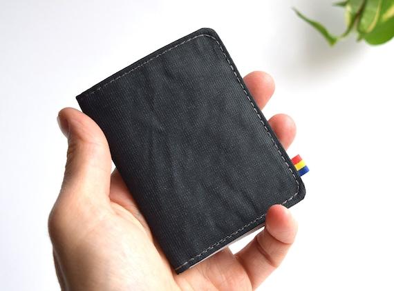 Portafoglio di carte in Cordura grigio scuro. Bifold wallet vegano. Piccolo, minimalista, per uomini e donne.