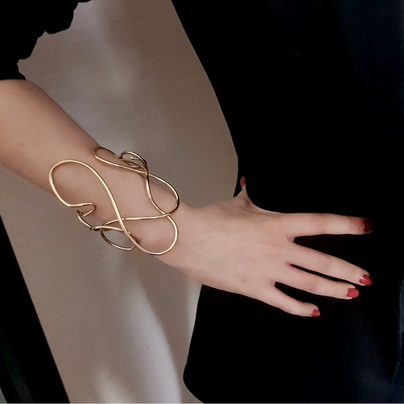 Band sculpture bracelet, in gold-plated brass, large format. Contemporary, extravagant. Sculpture to wear. ART FOR BODY
