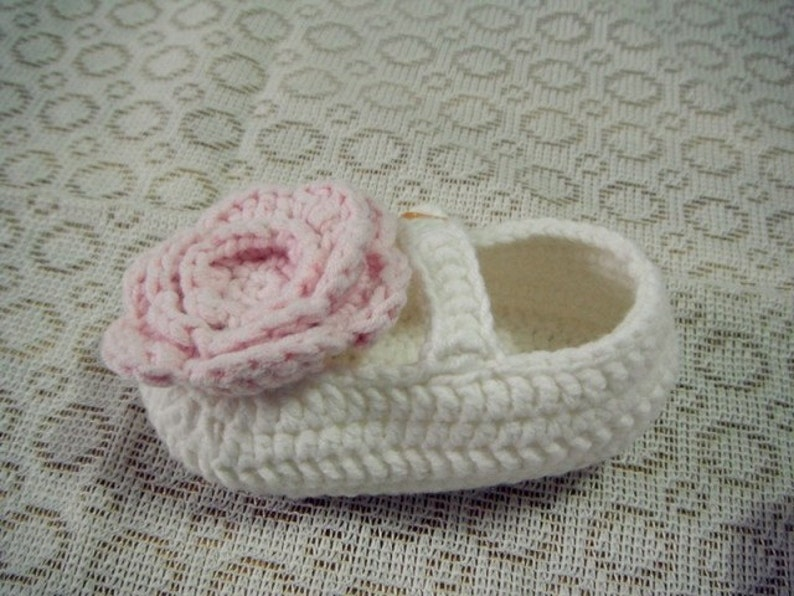 18b87f56e Patucos de crochet blanco con una flor rosa Patucos de