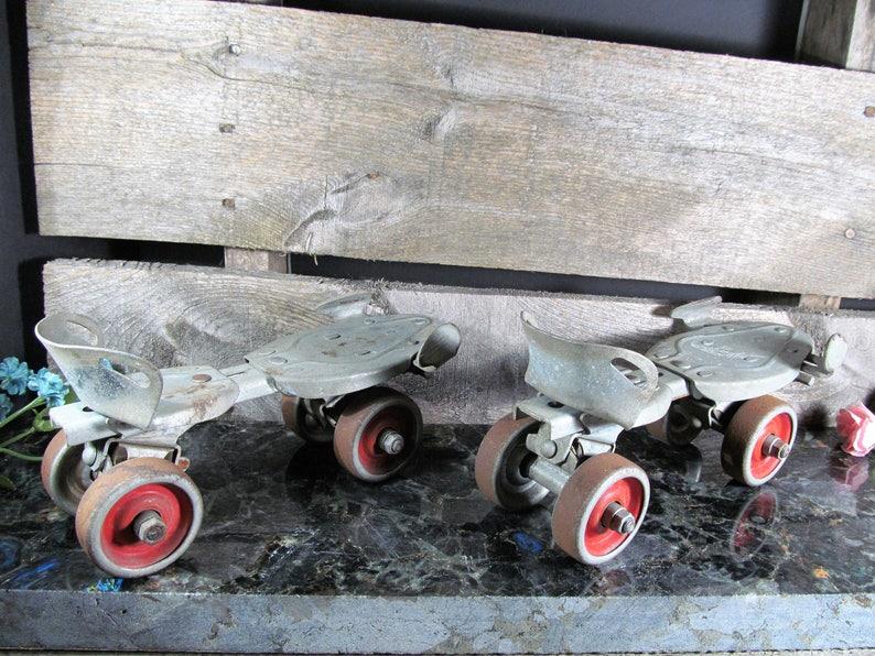 Retro Fashion Solid Metal Vintage Home /& Farmhouse Decor Pair of 2 1950/'s Americana Hustler Speed King Vintage Adjustable Roller Skates