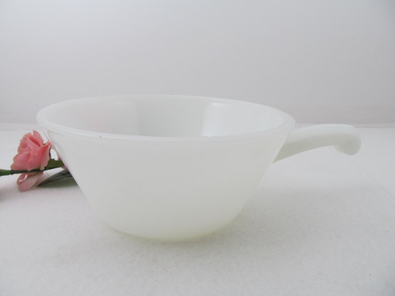 Vintage Serving /& Dining Retro Home and Farmhouse Kitchenware Milk Glass Soup Bowl with Handle 1960/'s Anchor Hocking Fire King Ovenware