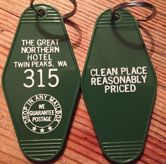 En vente! Vert avec blanc imprimé TWIN PEAKS inspiré «grand Nord Hotel» porte-clé, porte-clé