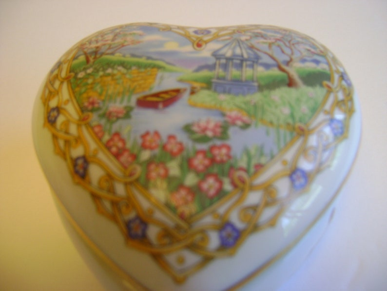 Heritage House Valentine Serenades Music Box  vintage  plays The Way We Were   porcelain  collectible  Valentines gift  Anniversary