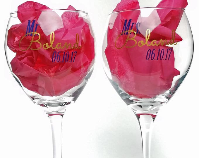 Set of 2 personalized red white glasses for the bride and groom - Mr and Mrs wedding glasses with name and date - Customized - FREE SHIPPING
