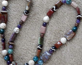 46-47-28. Beaded necklace with African highlights.