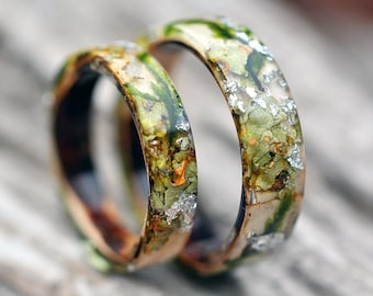 Forest ring with birch, tree bark, forest moss and silver flakes. Nature inspired engagement rings made from natural moss.