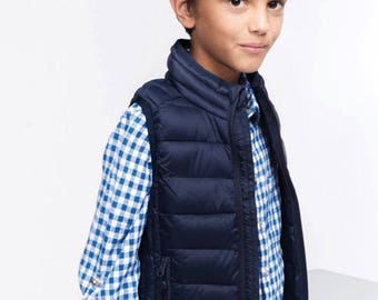 Kids' lightweight sleeveless down jacket (UNISEX) De Tee En Tee logo in different colors.