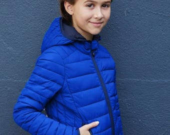 Kids' lightweight Hooded down jacket (UNISEX) De Tee En Tee logo in different colors.