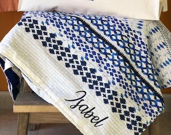 Pack beach towel. In blue or red.