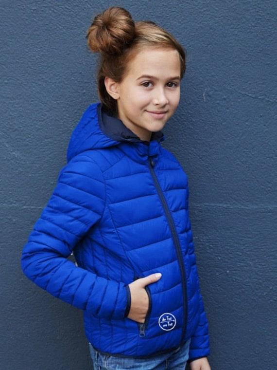 Kids' lightweight Hooded down jacket (UNISEX) De Tee En Tee logo in different colors.