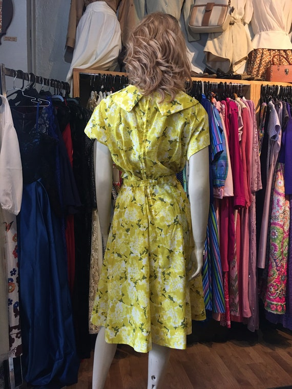 1950s Vintage yellow floral dress with belt - image 4