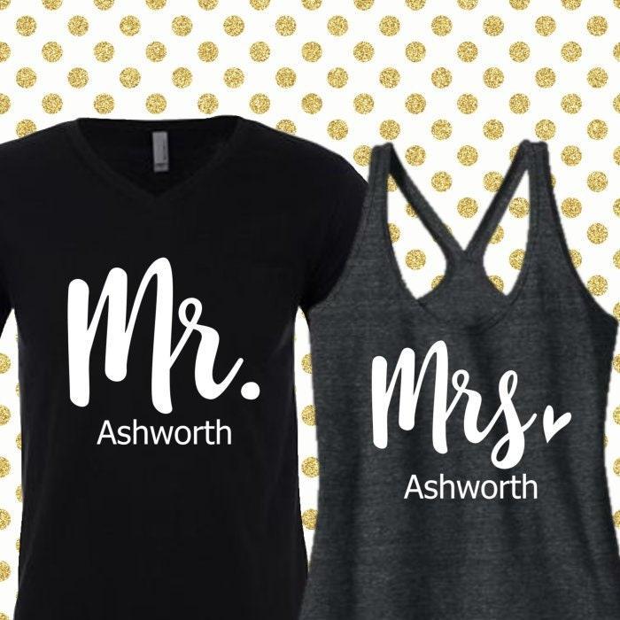 Mr avec et Mme Shirts personnalisé avec Mr le nom. Graphiques en blanc. Chemises de lune de miel. Chemises de jeunes mariés. Cadeau d'anniversaire. Cadeau de mariage. (12166) 46a9a0