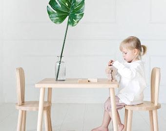 Children's table and 2 chairs / natural wood / chaise pour enfants / Stuhl für Kinder
