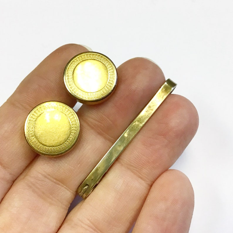 Vintage Art Deco rolled gold cufflinks with expanding and retracting chain mechanism and collar bar. engine turned