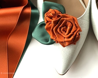 Shoe clips in trendy colors burnt orange / sage green conjure up autumnal boho look. Warm colours for the radiant bride, late summer wedding