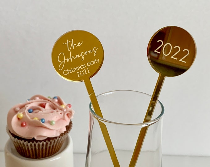 Personalized 2022 Round drink tag Custom Christmas stirrer 2021 Swizzle stir stick Engraved Xmas family party Happy new year Bar accessories