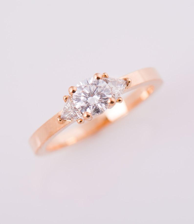 9e54c56d447e Tres piedra anillo de compromiso anillo de oro rosa de 18 K