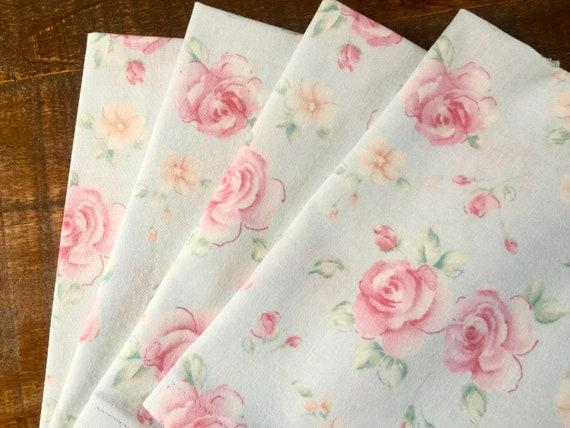 Tissu floral serviettes-Set de 4-Rose Roses sur Baby Blue-Shabby Chic-Cottage-Romantic-Vintage-Lunch-Brunch-Tea serviettes de table de fête-mariage-tous les jours.