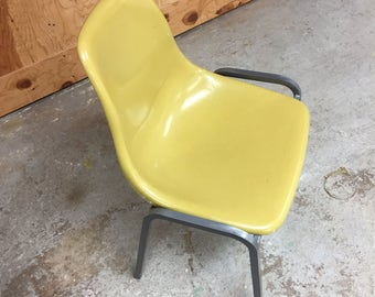 Genial Mid Century Modern Fiberglass Chair In Canary Yellow