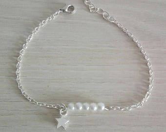 Bracelet silver chain with ivory pearls and small sequin star.