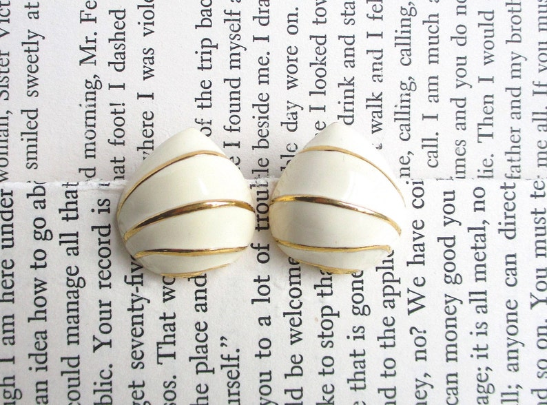 Trifari Ivory Enamel SnailShell VNTG Jewelry Set Designer Signed White Glass and Gold Setting Pendant Necklace /& Stud Back Earrings
