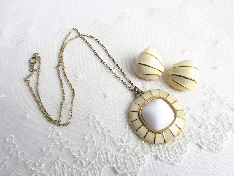 White Glass and Gold Setting Designer Signed Pendant Necklace /& Stud Back Earrings Trifari Ivory Enamel SnailShell VNTG Jewelry Set