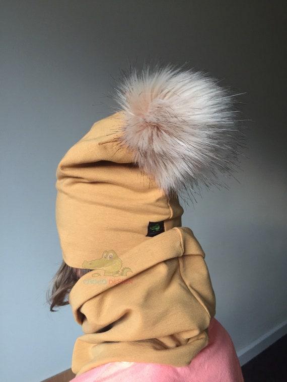 Ensemble bonnet chaud avec un gros pompon carmel couleur cercle gris noir écharpe entonnoir de cou